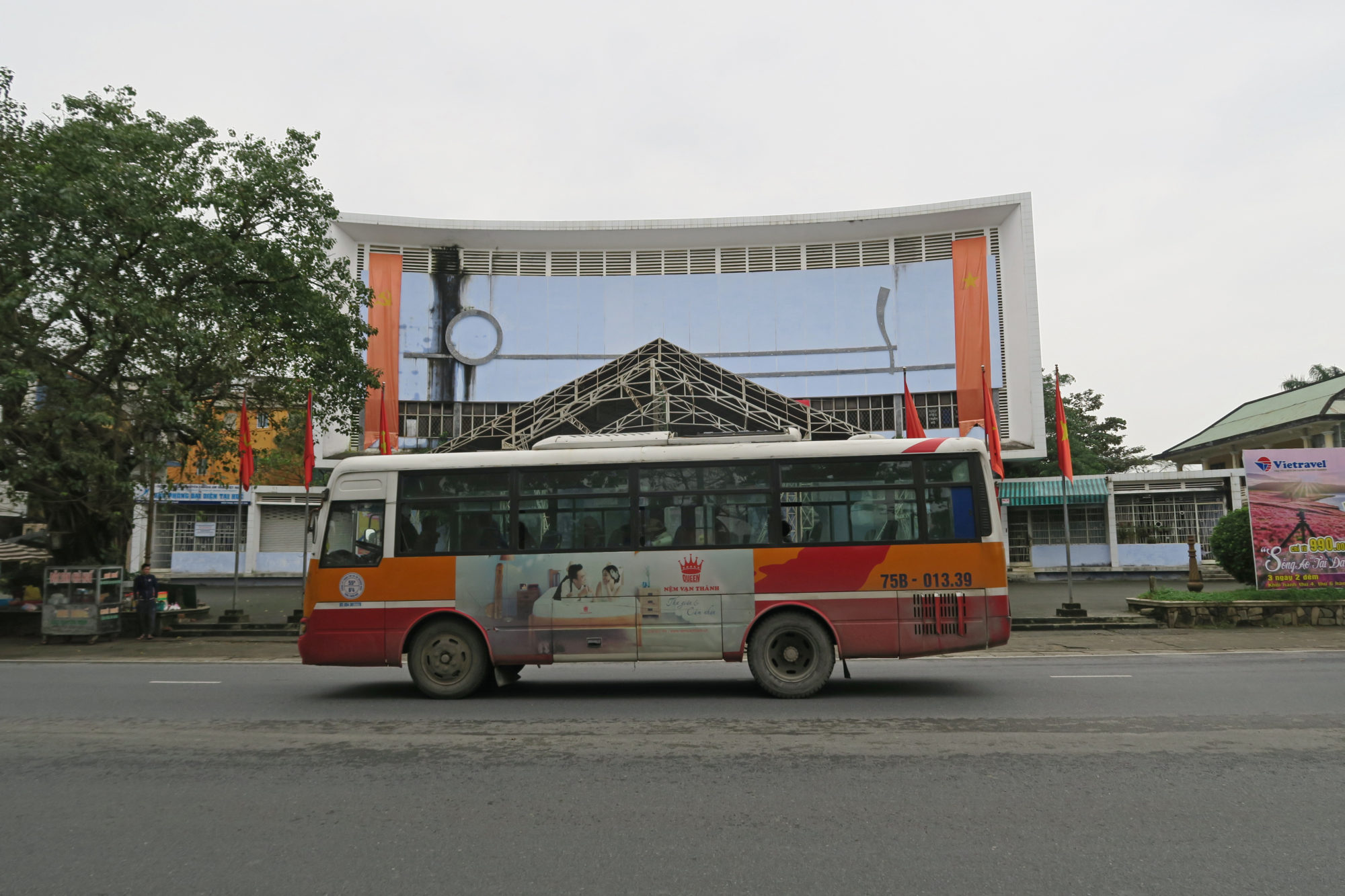 hue vietnam bus