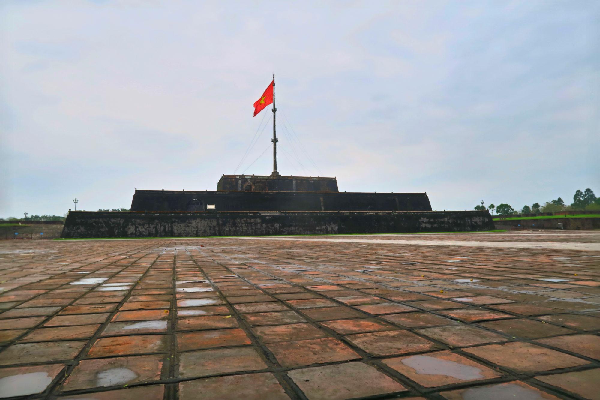hue vietnam zitadelle mit flagge